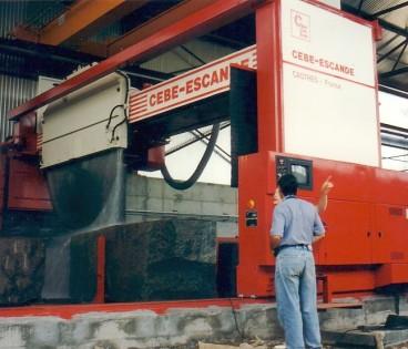 Machine pour le sciage du granit pouvant se déplacer sur un, ou plusieurs postes de travail machine entièrement automatique.